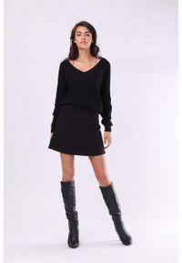 Nommo - Czarna Wygodna Mini Spódnica o Fasonie Litery A. Kolor: czarny. Materiał: poliester, kaszmir, wełna