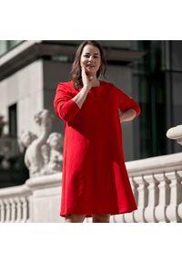 Czerwona sukienka dla puszystych Moda Size Plus Iwanek z długim rękawem, w kolorowe wzory