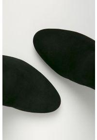Czarne botki Guess z cholewką, na obcasie, z okrągłym noskiem, na zamek
