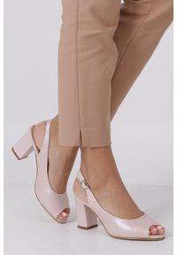 Sergio Leone - Różowe sandały perła peep toe na ozdobnym obcasie sergio leone sk765. Nosek buta: otwarty. Kolor: różowy. Obcas: na obcasie. Wysokość obcasa: średni