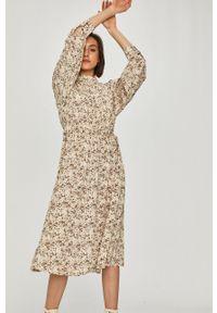 Answear Lab - Sukienka. Typ kołnierza: kołnierzyk stójkowy. Kolor: beżowy. Materiał: tkanina. Długość rękawa: długi rękaw. Typ sukienki: rozkloszowane. Styl: wakacyjny