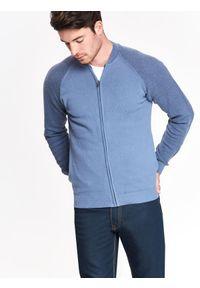 Niebieski sweter TOP SECRET w kolorowe wzory, casualowy