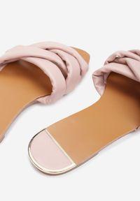Renee - Różowe Klapki Amalura. Nosek buta: okrągły. Kolor: różowy. Wzór: jednolity, kwiaty. Sezon: lato. Obcas: na płaskiej podeszwie. Styl: klasyczny