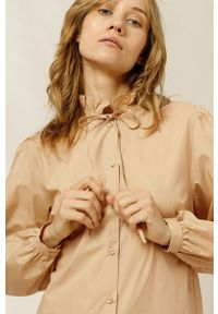 IVY & OAK - Bluzka bawełniana Bella. Okazja: na co dzień. Typ kołnierza: kołnierzyk stójkowy. Kolor: różowy. Materiał: bawełna. Długość rękawa: długi rękaw. Długość: długie. Styl: casual
