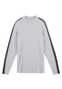 Szary sweter TOP SECRET z kontrastowym kołnierzykiem, w prążki, elegancki, na jesień