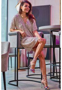 e-margeritka - Sukienka z cekinami trapezowa beżowa. Okazja: na sylwestra, na imprezę, na karnawał. Kolor: beżowy. Materiał: poliester, dzianina, elastan. Typ sukienki: trapezowe. Styl: elegancki