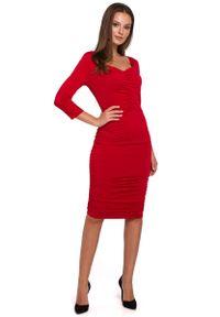 MAKEOVER - Czerwona Dopasowana Sukienka Midi ze Zmysłowym Dekoltem. Kolor: czerwony. Materiał: poliester, elastan. Długość: midi