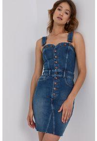 Guess - Sukienka jeansowa. Kolor: niebieski. Materiał: jeans. Długość rękawa: na ramiączkach. Typ sukienki: dopasowane