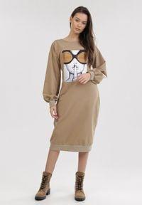 Born2be - Jasnobeżowa Sukienka Corothei. Kolor: beżowy. Materiał: dresówka, dzianina, prążkowany. Długość rękawa: długi rękaw. Wzór: nadruk. Długość: midi