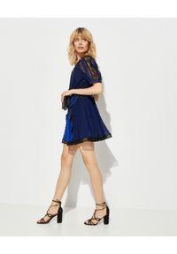 SELF PORTRAIT - Sukienka z geometryczną koronką. Kolor: czarny. Materiał: koronka. Wzór: koronka, geometria. Typ sukienki: rozkloszowane, plisowane. Długość: mini
