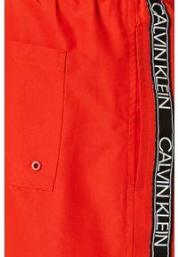 Czerwone kąpielówki Calvin Klein z nadrukiem