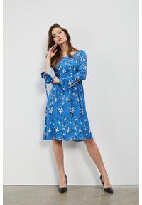 Niebieska sukienka MOODO w kwiaty, trapezowa, casualowa, na co dzień