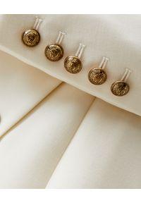 Balmain - BALMAIN - Biała kopertowa sukienka mini. Kolor: biały. Długość rękawa: długi rękaw. Wzór: aplikacja. Typ sukienki: kopertowe. Styl: wizytowy. Długość: mini