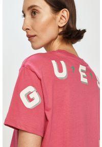 Guess - T-shirt. Okazja: na co dzień. Kolor: różowy. Materiał: dzianina. Styl: casual