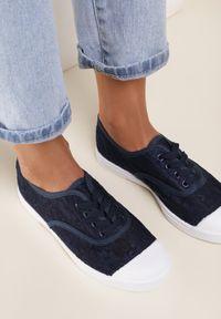 Renee - Granatowe Trampki Larimeia. Kolor: niebieski. Materiał: jeans, koronka, materiał. Szerokość cholewki: normalna. Wzór: ażurowy #3