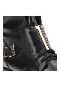Botki PRO-MODA 2591 Czarny 001. Okazja: do pracy, na co dzień, na spacer. Zapięcie: pasek. Kolor: czarny. Materiał: jeans, skóra. Szerokość cholewki: normalna. Obcas: na obcasie. Styl: klasyczny, casual. Wysokość obcasa: niski