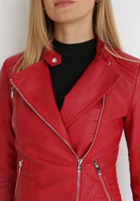Born2be - Czerwona Ramoneska Corydosia. Typ kołnierza: kołnierzyk stójkowy. Kolor: czerwony. Materiał: tkanina. Długość: długie. Wzór: aplikacja. Styl: klasyczny