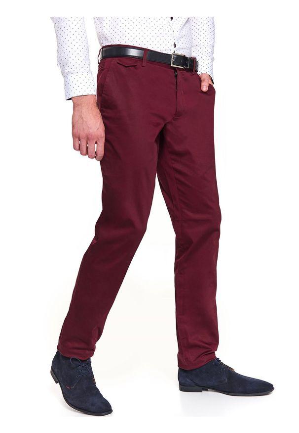 TOP SECRET - Spodnie chino dopasowane. Okazja: na co dzień. Kolor: czerwony. Materiał: bawełna. Sezon: jesień, zima. Styl: casual, klasyczny