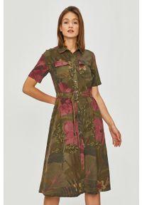 Desigual - Sukienka. Okazja: na co dzień. Kolor: zielony. Długość rękawa: krótki rękaw. Typ sukienki: proste. Styl: casual