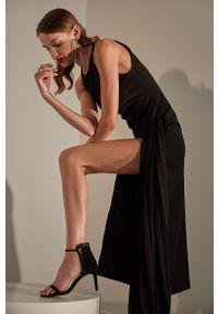 Czarna sukienka Answear Lab rozkloszowana, maxi, z okrągłym kołnierzem