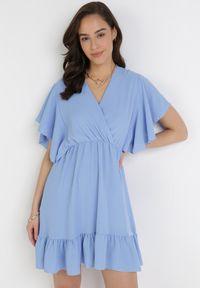 Born2be - Niebieska Sukienka Chartarish. Okazja: na wesele, na ślub cywilny, na randkę. Typ kołnierza: kołnierz z falbankami. Kolor: niebieski. Typ sukienki: kopertowe. Długość: mini