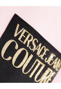 Versace Jeans Couture - VERSACE JEANS COUTURE - Krótki t-shirt w kolorze różowym. Kolor: wielokolorowy, fioletowy, różowy. Długość: krótkie