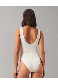 Tory Burch - TORY BURCH - Beżowy kostium kąpielowy Miller. Kolor: beżowy. Wzór: aplikacja