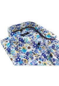 Biała koszula w niebiesko-żółte kwiaty Mmer E109. Kolor: niebieski, biały, żółty, wielokolorowy. Materiał: bawełna, tkanina, poliester. Długość: długie. Wzór: kwiaty