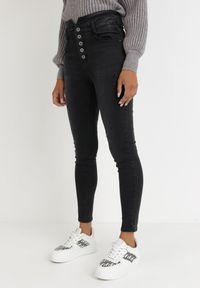 Born2be - Czarne Jeansy Skinny Khlorona. Stan: podwyższony. Kolor: czarny. Długość: długie. Wzór: aplikacja. Styl: elegancki