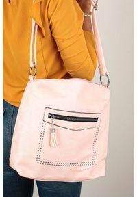 Casu - Różowa torebka listonoszka z ozdobnym suwakiem i nitami casu ad-51. Kolor: różowy