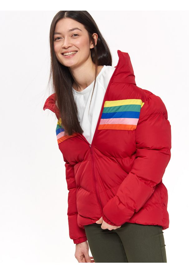 Czerwona kurtka TROLL krótka, w kolorowe wzory
