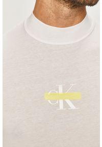 Calvin Klein Jeans - Longsleeve. Okazja: na co dzień. Kolor: biały. Materiał: dzianina. Długość rękawa: długi rękaw. Wzór: nadruk. Styl: casual