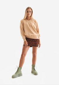 Born2be - Jasnobrązowa Bluza Badura Mynise. Kolor: brązowy. Materiał: bawełna, poliester. Długość rękawa: długi rękaw. Długość: długie