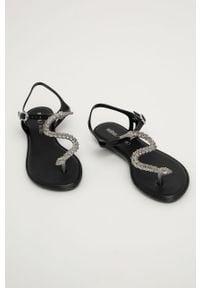 Czarne sandały melissa na klamry, na niskim obcasie