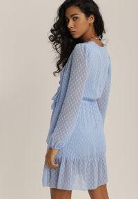 Renee - Niebieska Sukienka Savagale. Okazja: na wesele, na ślub cywilny, na randkę. Kolor: niebieski. Materiał: tkanina. Długość rękawa: długi rękaw. Wzór: aplikacja. Typ sukienki: kopertowe. Długość: mini