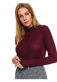 Czerwony sweter TOP SECRET klasyczny, w kolorowe wzory