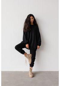 Marsala - Spodnie dresowe typu jogger w kolorze TOTALLY BLACK - DISPLAY BY MARSALA. Stan: podwyższony. Materiał: dresówka. Styl: elegancki