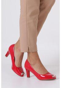 Casu - czerwone czółenka lakierowane peep toe ze skórzaną wkładką casu dd19x1/rp. Okazja: na co dzień. Nosek buta: otwarty. Kolor: czerwony. Materiał: skóra, lakier. Obcas: na obcasie. Styl: elegancki, casual. Wysokość obcasa: średni