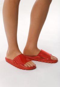 Born2be - Czerwone Klapki Convincing. Okazja: na plażę. Nosek buta: otwarty. Kolor: czerwony. Materiał: guma. Obcas: na obcasie. Styl: sportowy. Wysokość obcasa: wysoki