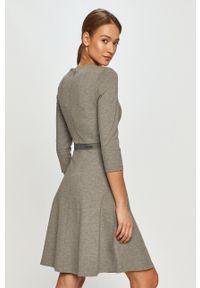 Calvin Klein - Sukienka. Kolor: szary. Typ sukienki: rozkloszowane