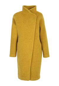 TOP SECRET - Wełniany płaszcz ze stójką. Typ kołnierza: kołnierzyk stójkowy. Kolor: żółty. Materiał: wełna. Długość: do kolan. Sezon: zima, jesień. Styl: elegancki