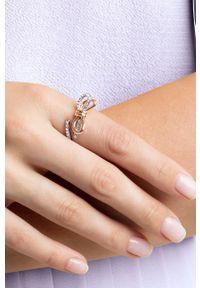 Wielokolorowy pierścionek Swarovski metalowy, z kryształem