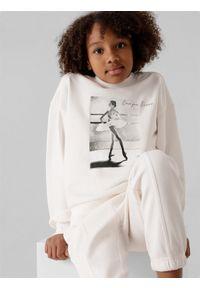 4f - Bluza dresowa nierozpinana bez kaptura dziewczęca. Typ kołnierza: bez kaptura. Kolor: biały. Materiał: dresówka