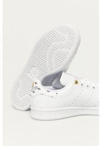 Białe sneakersy adidas Originals na sznurówki, na obcasie