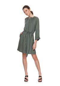 TOP SECRET - Szmizjerka z kieszeniami i wiązaniem. Kolor: zielony. Materiał: tkanina. Typ sukienki: szmizjerki