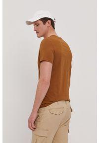 Lyle & Scott - T-shirt. Okazja: na co dzień. Kolor: brązowy. Materiał: bawełna, dzianina. Wzór: gładki, aplikacja. Styl: casual