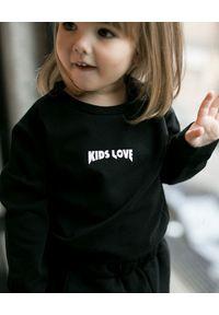 KIDS LOVE - Czarna koszulka z logo. Okazja: na co dzień. Kolor: czarny. Materiał: dresówka. Długość rękawa: długi rękaw. Długość: długie. Styl: klasyczny, casual