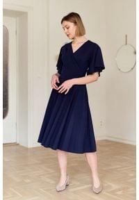 Marie Zélie - Sukienka Eudora granatowa. Typ kołnierza: dekolt kopertowy. Kolor: niebieski. Materiał: tkanina, dzianina, elastan, skóra, materiał, bawełna. Typ sukienki: kopertowe