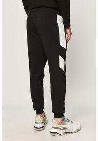 Czarne spodnie dresowe Puma z nadrukiem