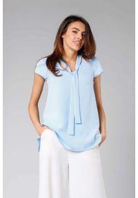 Niebieska bluzka Nommo z asymetrycznym kołnierzem